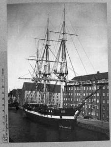 Fregatten Jylland i Christianshavns kanal 1949. Det kongelige Bibliotek